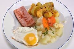 Huevo frito con las patatas y el pan con carne Fotos de archivo libres de regalías