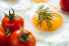 Huevo frito con los tomates de cereza Foto de archivo libre de regalías