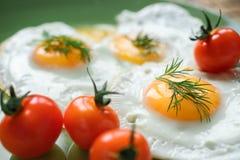 Huevo frito con los tomates de cereza Fotografía de archivo