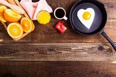 Huevo frito de la forma del corazón, zumo de naranja fresco y café Visión superior Fotos de archivo libres de regalías