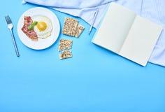 Huevo frito de Tastu en placa con tocino fotografía de archivo