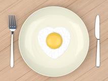 Huevo frito del corazón en placa gris Imagen de archivo