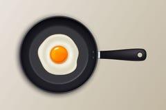 Huevo frito del vector en una cacerola negra Icono realista stock de ilustración