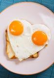 Huevo frito en forma de corazón Imagen de archivo