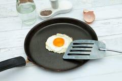 Huevo frito en la forma del corazón en una cacerola Fotos de archivo libres de regalías