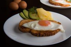 Huevo frito en la placa blanca Fotografía de archivo