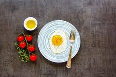 Huevo frito en placa foto de archivo libre de regalías