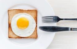Huevo frito en tostada Fotos de archivo libres de regalías