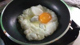 Huevo frito en un sartén metrajes