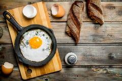 Huevo frito en una cacerola con pan de centeno fotografía de archivo libre de regalías