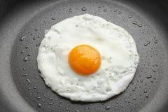 Huevo frito fácil excesivo sabroso en cacerola fotos de archivo