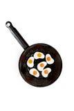 Huevo frito gomoso en cacerola en el fondo blanco Imagen de archivo libre de regalías