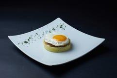 Huevo frito, purés de patata, chuleta en una placa blanca grande Fotografía de archivo