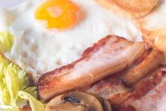 Huevo frito, tostada del tocino y seta para el desayuno Foto de archivo
