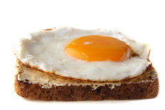 Huevo frito tradicional en tostada untada con mantequilla Foto de archivo libre de regalías