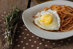 Huevo frito y espaguetis rústicos Imagenes de archivo