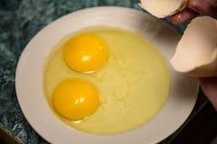 Huevo hecho en casa del pollo con dos yemas de huevo 2018 Fotos de archivo