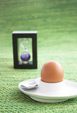 Huevo hervido con el temporizador del huevo Imagen de archivo libre de regalías
