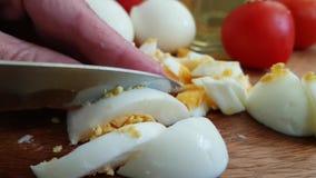 Huevo hervido corte de las manos cocinado metrajes