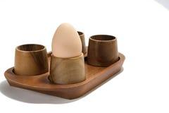 Huevo hervido en el tenedor de madera Foto de archivo