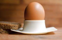 Huevo hervido en la taza blanca imagen de archivo