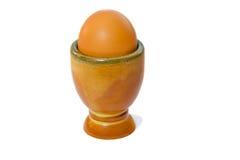 Huevo hervido suave de Brown en la huevera. Foto de archivo