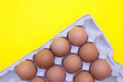 Huevo, huevos en un fondo amarillo Bandeja del huevo fotografía de archivo