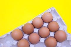 Huevo, huevos en un fondo amarillo Bandeja del huevo imagenes de archivo