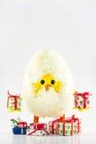 Huevo lindo del pollo que sostiene los regalos Fotos de archivo libres de regalías
