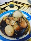 Huevo marrón de oro de la comida tailandesa fotografía de archivo