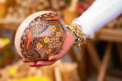 Huevo pintado de madera grande foto de archivo libre de regalías