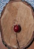 Huevo pintado en una placa de madera foto de archivo