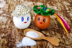 Huevo pintado y cuchara de madera con la sal Imágenes de archivo libres de regalías