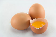 Huevo quebrado aislado en el fondo blanco Imagenes de archivo