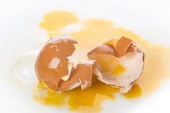 Huevo quebrado del ` s de la gallina, aislado en un fondo blanco Foto de archivo libre de regalías