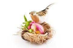 Huevo rosado de Pascua en jerarquía con el pájaro imágenes de archivo libres de regalías