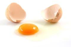 Huevo roto aislado imagenes de archivo