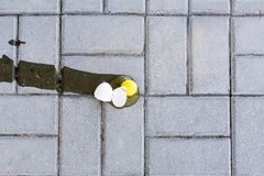 Huevo roto en el piso fotografía de archivo