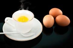 Huevo Soft-boiled en la taza blanca. Foto de archivo libre de regalías