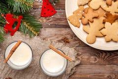 Huevo-tirón de la Navidad, galletas en la tabla Fotos de archivo libres de regalías