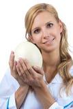 Huevo veterinario de la avestruz del asimiento de la mujer Foto de archivo