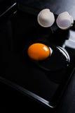 Huevo y cáscara agrietados Fotos de archivo libres de regalías