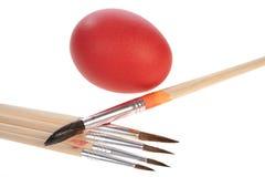 Huevo y cepillo rojos Foto de archivo libre de regalías