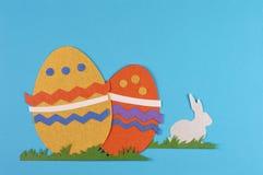 Huevo y conejo coloreados de Pascua Fotografía de archivo