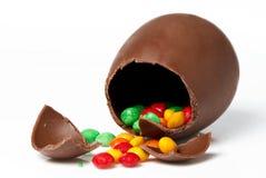 Huevo y dulces de chocolate de Pascua Fotografía de archivo