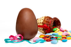 Huevo y dulces de chocolate de Pascua Imagenes de archivo