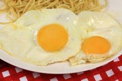 Huevo y espaguetis Fotos de archivo