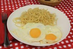 Huevo y espaguetis Fotografía de archivo