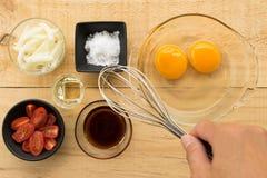 Huevo y especia para cocinar sano en el fondo de madera de la tabla adentro a Foto de archivo libre de regalías