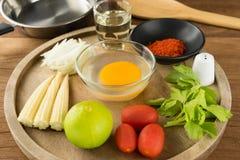 Huevo y especia para cocinar sano en fondo de madera de la tabla Fotos de archivo libres de regalías
